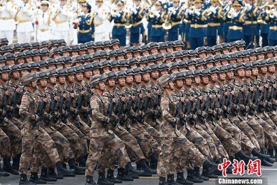 """9·3阅兵:""""刘老庄连""""英模部队方队接受检阅"""