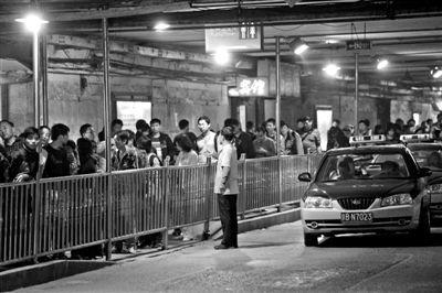 北京西站出租车等候处,乘客排起了长队。 本报记者 孙纯霞 摄