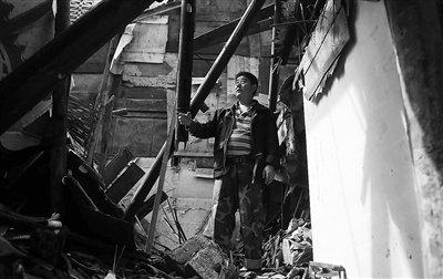 媒体记录雅安地震中亲情:母亲为护儿子被砸死