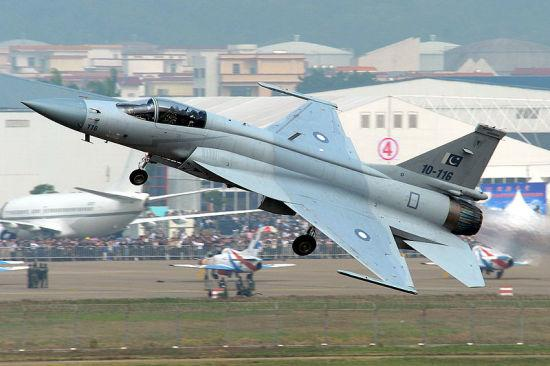 """缅甸向巴基斯坦订购16架""""枭龙""""战机 首批将于今年交付"""