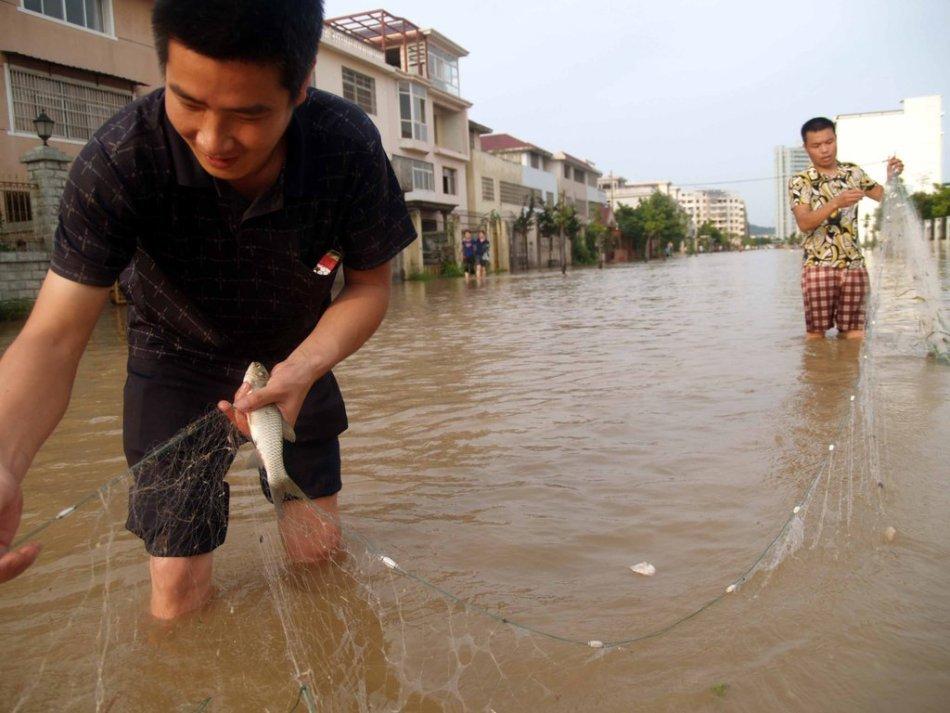江西上饶三江片区出现内涝 市民街道撒网捕鱼
