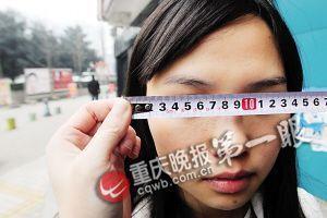 女子万元割双眼皮被整成高低眉 院长称效果挺好