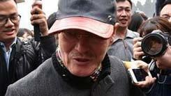 赵本山进场遭围堵 提醒记者被撞到