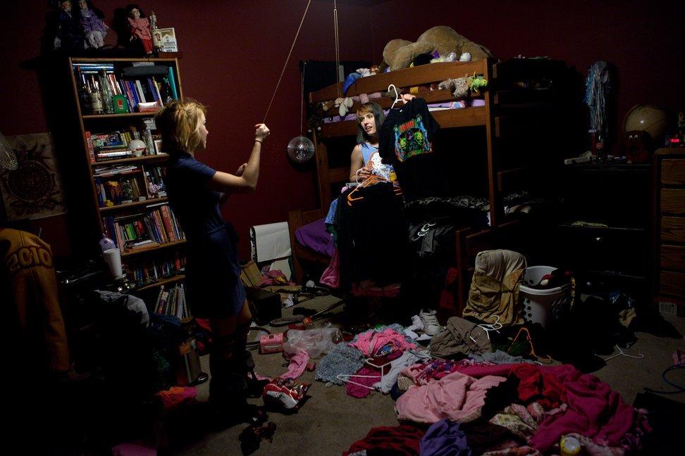 当地时间2010年12月22日,美国得克萨斯州奥斯汀,Anastassia Marie Kip和朋友Camille Reid在准备深夜出去狂欢的服装。两人在Anastassia的房间内仔细挑选了20分钟,终于看上一套。