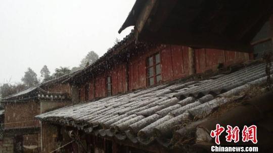 昆明迎来今年首场大范围降雪 引起网友狂欢(图)