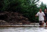 村民趟水到高处躲避危险