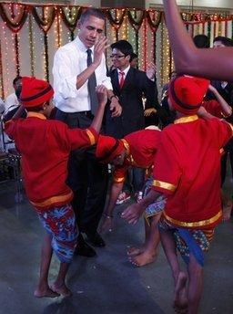 奥巴马学跳印度舞 呆板生硬令人忍俊不禁(图)