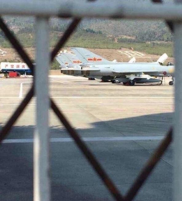 中国加强中缅边境地区戒备 数架歼-7战机挂实弹