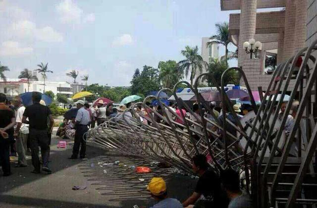 广东汕头民众冲进市委打砸 劫持干部打伤警察