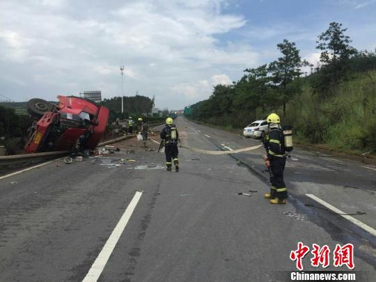 云南境内一高速发生危化品车撞车事故 致2死1伤