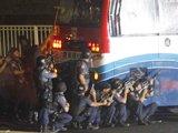 警方及特种部队包围巴士