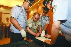 赖昌星逃亡12年遣返抵京在机场被捕(组图)