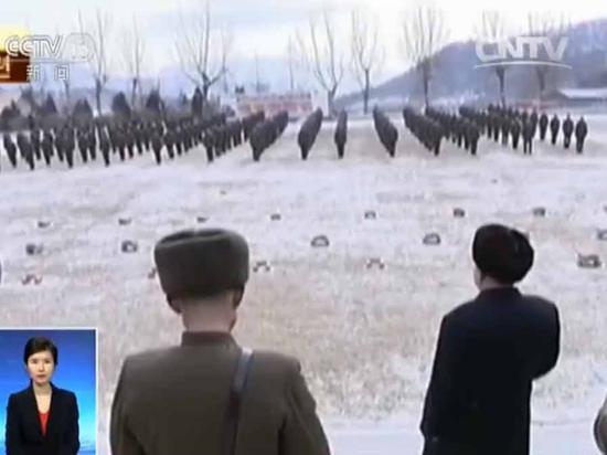 朝鲜播军队训练影片:金正恩将枪交官兵激励其杀敌
