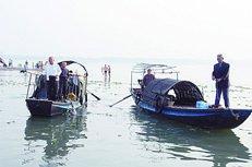 """李玉泉在博客上公布了新照片,并标注着""""打捞到第三位英雄的遗体,向岸边牵引""""的图说"""