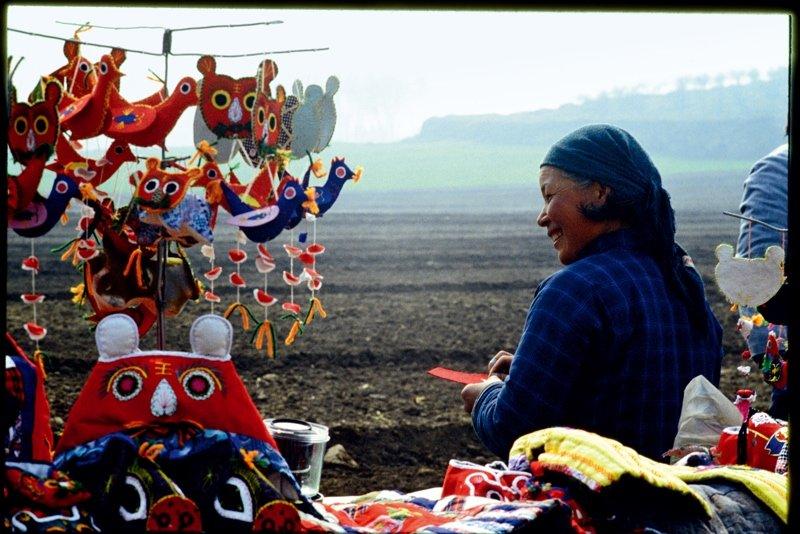 20世纪80年代初,秦始皇陵边,陕西西安市郊的妇女出售手工缝制的虎头帽和挂件。1966―1976年的10年间,中国考古取得了重大的成就,完成了一系列极其重要的考古发现――殷墟、长沙马王堆汉墓、秦始皇陵兵马俑、西汉中山靖王刘胜墓金缕玉衣、武威雷台汉墓铜器马踏飞燕等。