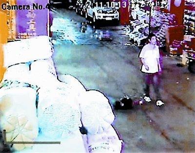 目击事发经过的白衣男子从悦悦脚边经过。