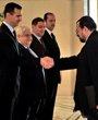 叙利亚总统巴沙尔(左一)与新任伊拉克驻叙利亚大使阿拉?贾瓦迪(右一)在叙首都大马士革举行的递交国书仪式上握手致意。阿拉?贾瓦迪当日在此间向巴沙尔递交国书,正式就任27年来首位伊拉克驻叙利亚大使。