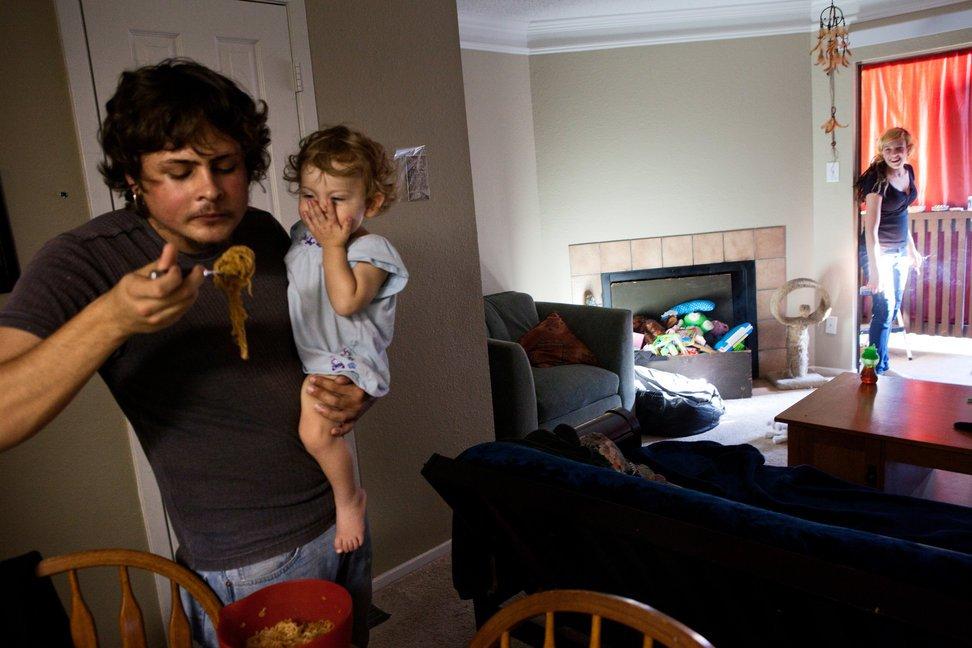 当地时间2010年11月10日,美国得克萨斯州奥斯汀,19岁的Justine Casey Schwab和男友Ryan照顾14个月大的女儿。自高二以来Justine已数度辍学,并无家可归过一阵子。