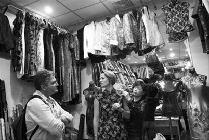 外国人游上海热衷定做旗袍(图)
