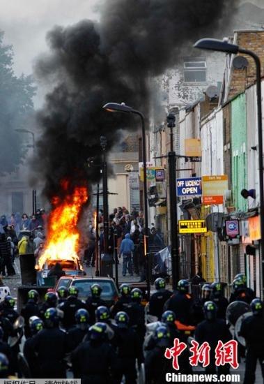 伦敦骚乱扩至多个城市 首相称采取更多强硬措施