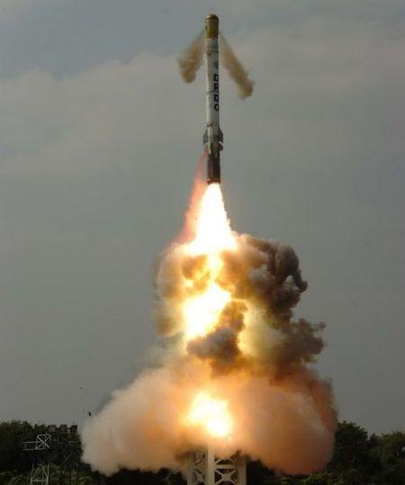 印度首次水下试射K-15潜射弹道导弹获得成功