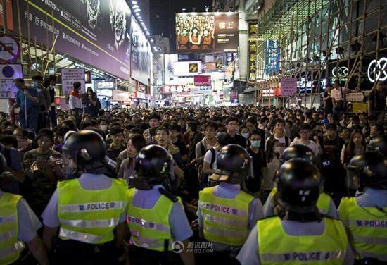 香港大批示威者非法围堵政府总部警方拘捕40人