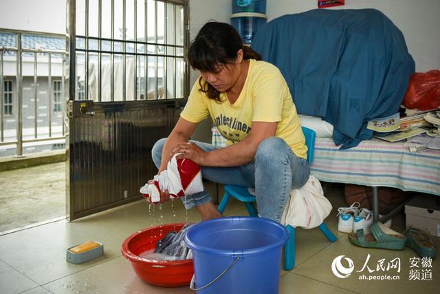 工作、看病之余,周晨霞会坚持过来看女儿,做做家务