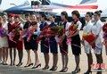 中国十佳空姐为八一空中英豪献花