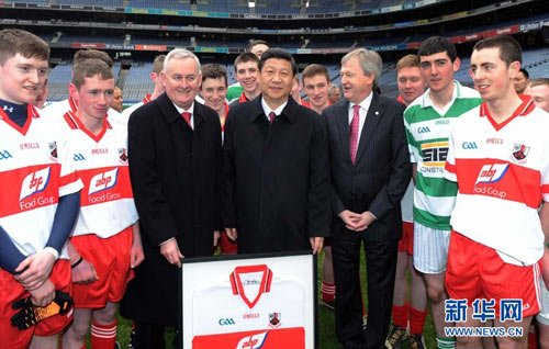 2月19日,中国国家副主席习近平在都柏林参观爱尔兰盖尔式运动协会总部。这是习近平与爱尔兰运动员合影。新华社记者 张铎 摄