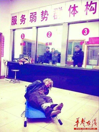 记者扮聋哑人暗访救助站 被工作人员缚手围殴