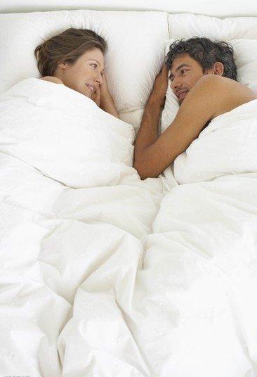 国内夫妻性爱_两性养生:夫妻依偎而睡可增加性爱次数【组图】
