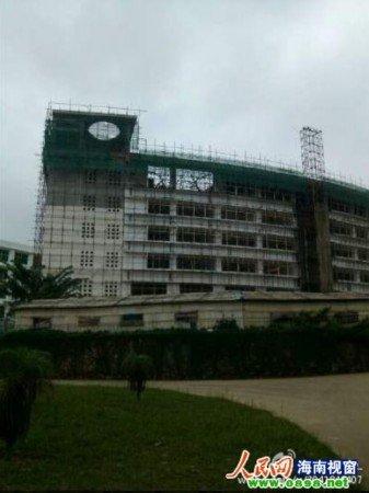 定安中学在建图书馆部分坍塌 致3人受伤图片