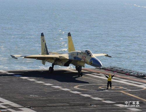 港媒称中国航母年内进行远航 与歼15作战训练