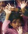 3月28日,在菲律宾首都马尼拉,孩子们在被劫持的校车上向外张望、挥手。