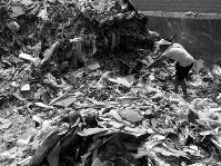 """八旬老人散步时捡瓶子失踪3天 垃圾堆内被""""挖""""出"""