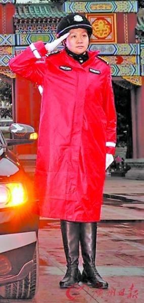 重庆女交巡警换红装 公安局长王立军亲自设计