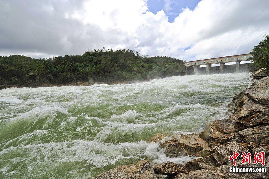 这是自1990年来泄洪量最大的一次.连日来,海南连遭台风袭击,所