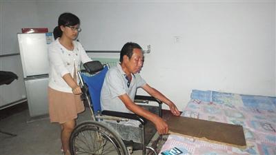 女子15年坚持照顾伤残养父
