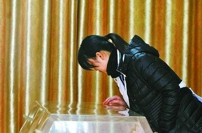 成都10岁小学生跳楼自杀 班主任在殡仪馆哭晕