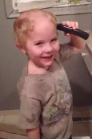"""4岁萌童拿剃须刀给自己""""梳头""""发型变狗啃(图)"""