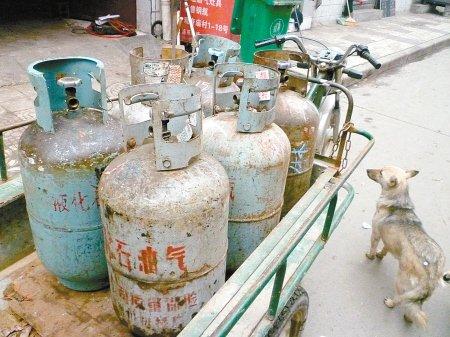 西安液化气罐城中村唱主角 6个气罐5个该报废