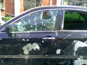 爆炸现场:路边车辆被砸坏