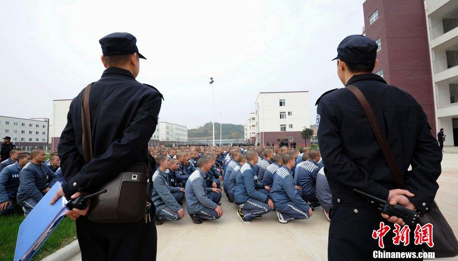 首批撤离的600多名犯人