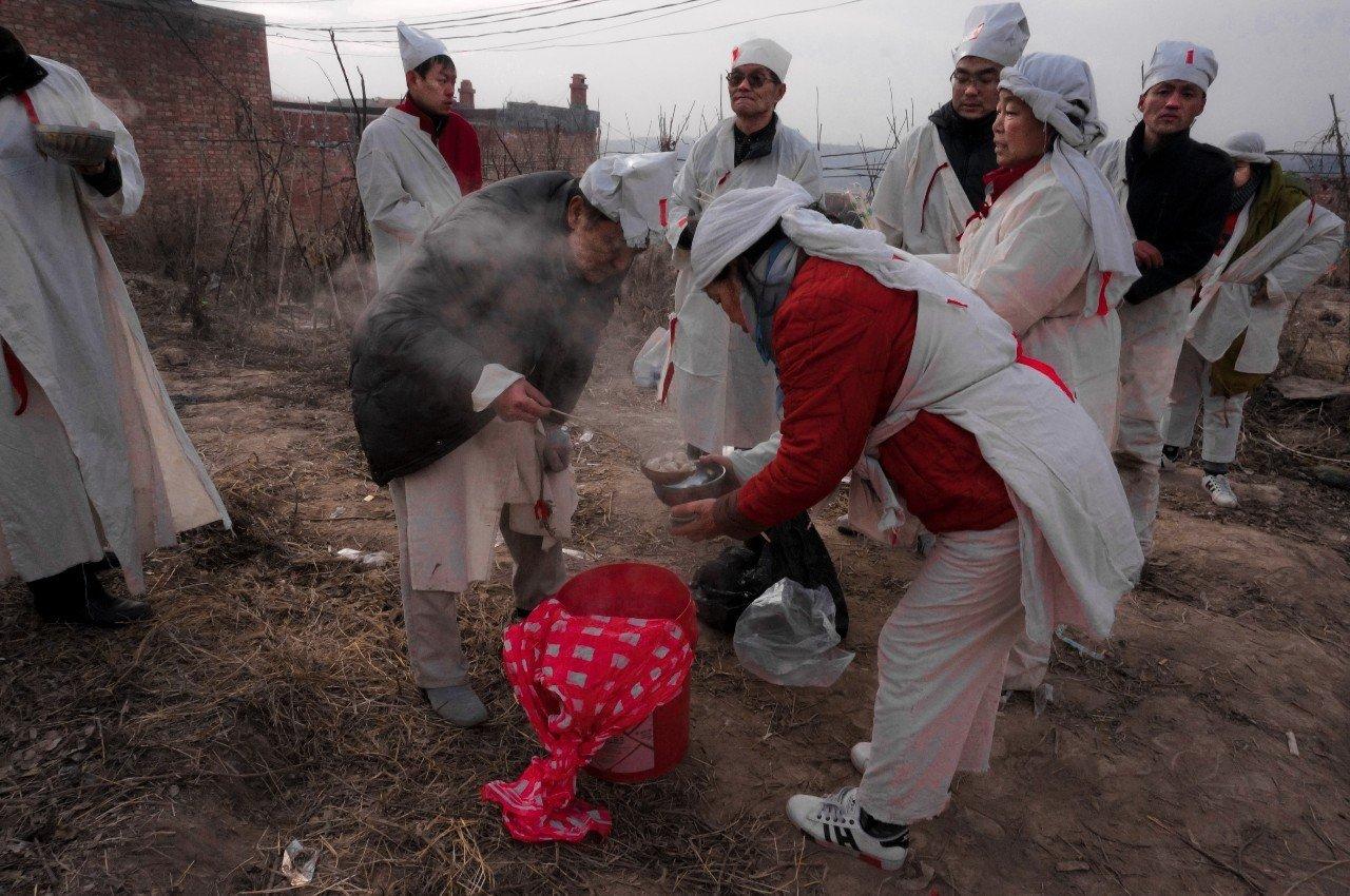 亲属们在墓地一起吃水饺,并祭祀死者,寓意最后和死者吃顿团圆饭。