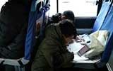 寒假余额已不足 小学生公交地铁花式赶作业
