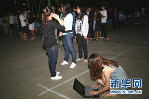 云南勐海县360余名师生因地震在球场过夜(图)