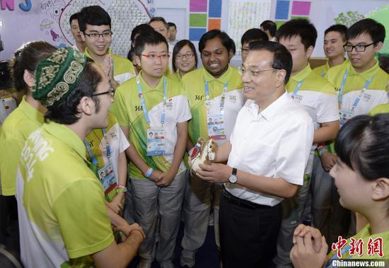 李克强勉励青奥会志愿者:向全社会传递道德力量