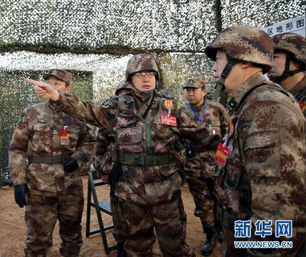 集团军指挥机构在野战指挥所利用地图进行研讨作战部署。