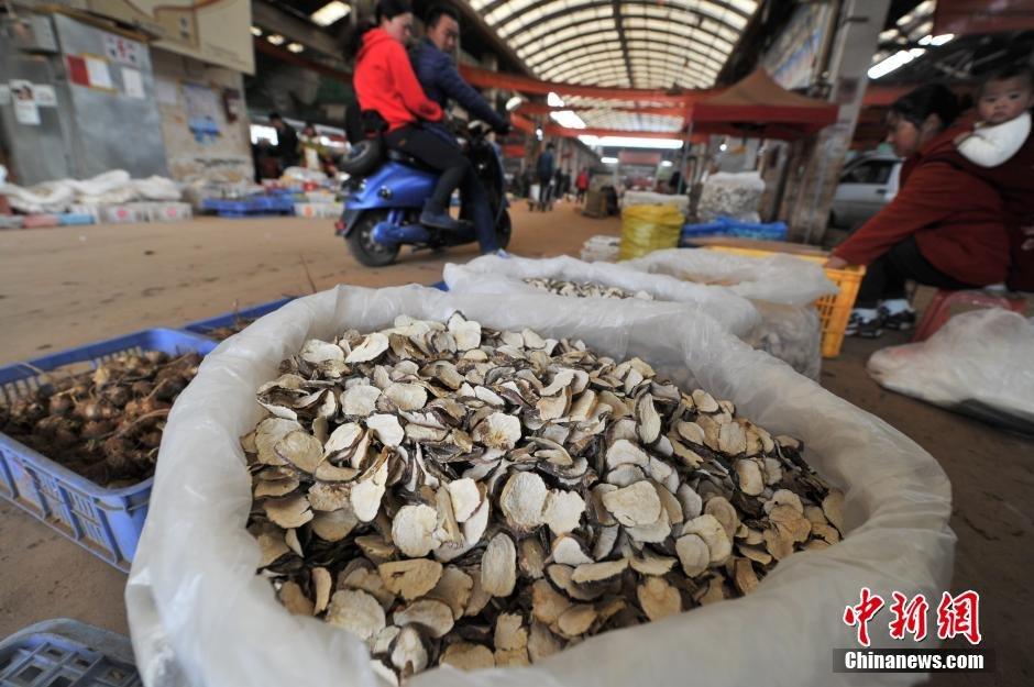 2月23日,昆明木水花野生菌交易市场里,售卖玛卡的商人与顾客还价。在过去数年内,玛卡曾经一度疯狂,优质的玛卡干片价格上万,鲜果价格也冲过百元。如今玛卡鲜果每公斤只要7至10元就可以买到。这和去年3月中旬每公斤100多元的鲜果价格相比,跌幅近9成。 中新社记者 任东 摄