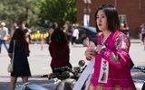 朝鲜在华留学生 戴领袖像章用苹果手机